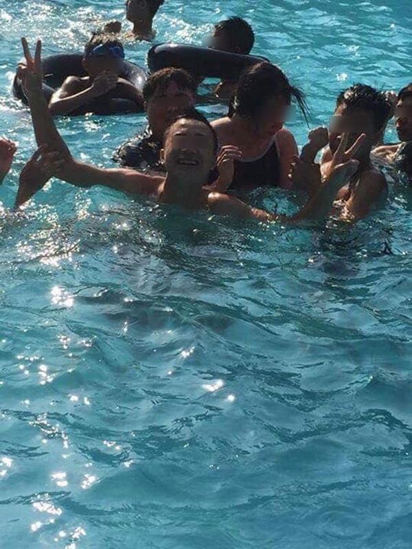 Tranh cãi nảy lửa vụ cô gái để nhóm thanh niên gần chục người vô tư động chạm cơ thể dưới hồ bơi-3