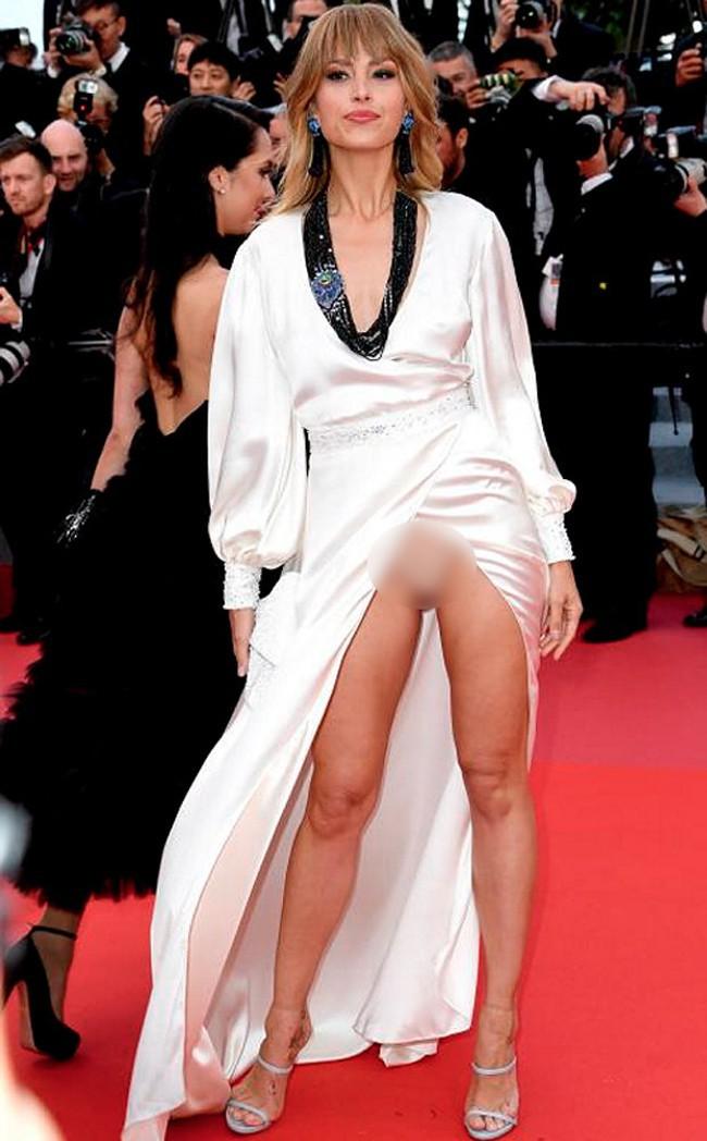 Nhìn lại tuyển tập trang phục trắc nết nhất Cannes, cuối cùng cũng tìm ra đối thủ xứng tầm với Ngọc Trinh-14