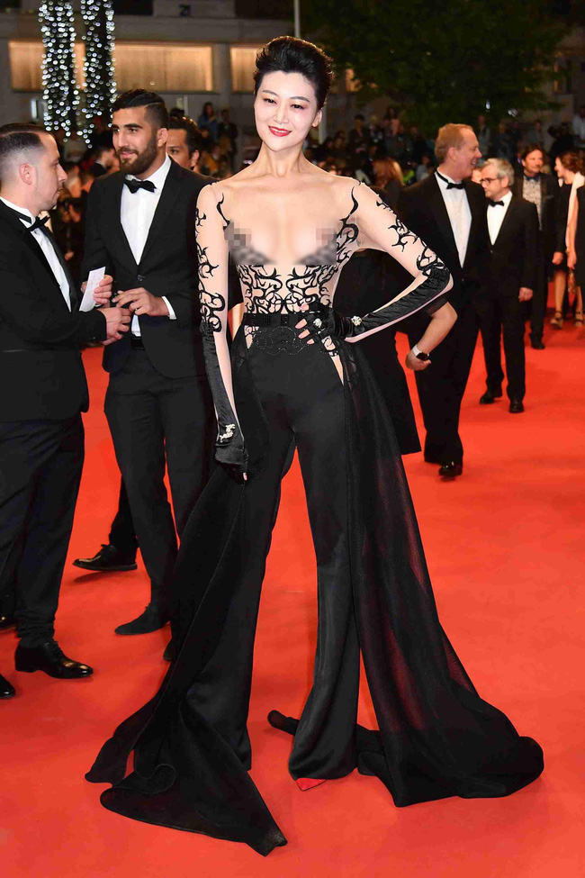 Nhìn lại tuyển tập trang phục trắc nết nhất Cannes, cuối cùng cũng tìm ra đối thủ xứng tầm với Ngọc Trinh-4