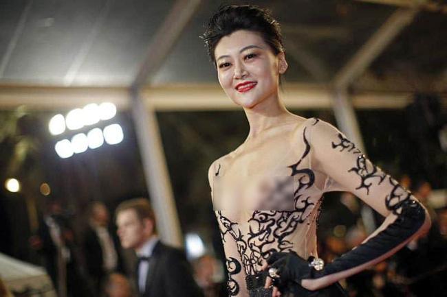 Nhìn lại tuyển tập trang phục trắc nết nhất Cannes, cuối cùng cũng tìm ra đối thủ xứng tầm với Ngọc Trinh-5