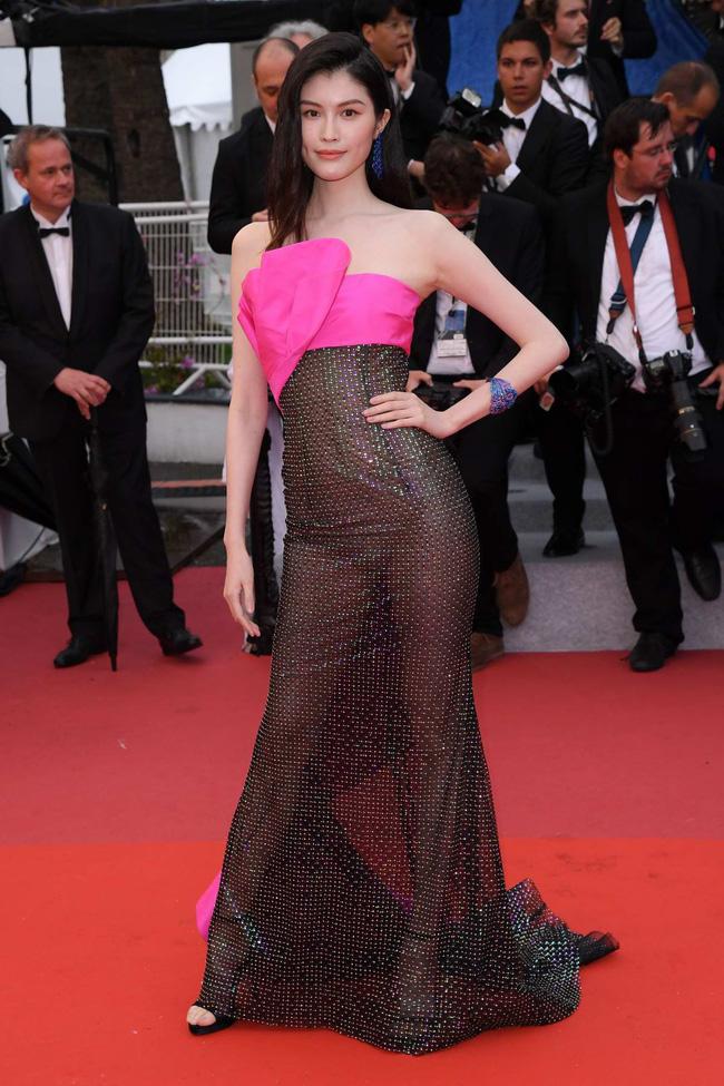 Nhìn lại tuyển tập trang phục trắc nết nhất Cannes, cuối cùng cũng tìm ra đối thủ xứng tầm với Ngọc Trinh-9
