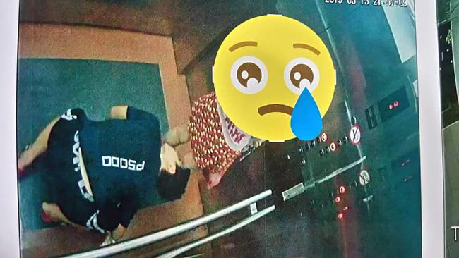Xuất hiện kẻ biến thái quỳ xuống trong thang máy để nhìn bên trong váy của bé gái-3