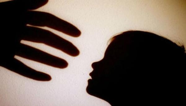 Phẫn nộ bé gái 3 tuổi bị cha dượng hãm hiếp, mẹ đẻ chứng kiến đến chết-1