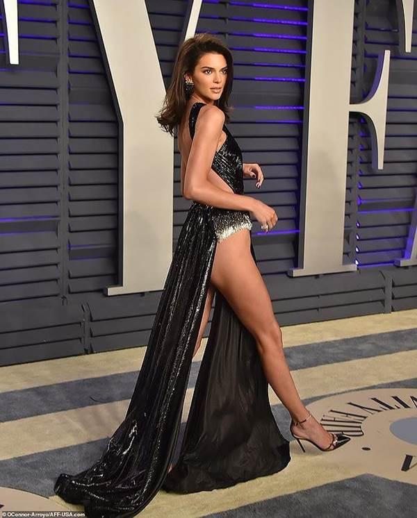 Dân mạng phát hiện Ngọc Trinh tạo dáng, mặc váy giống hệt Kendall Jenner-4