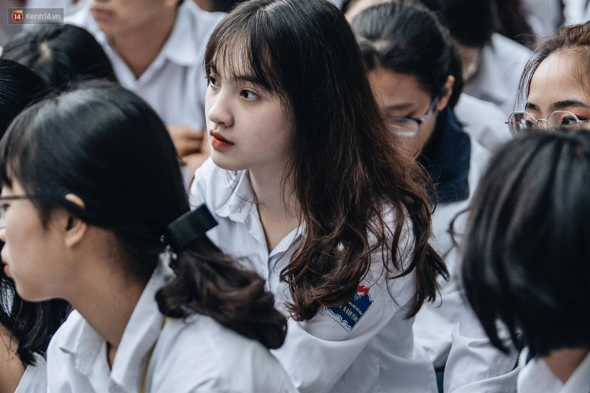 Mặc áo dài trắng đội mưa dự lễ bế giảng, dàn nữ sinh ngôi trường này gây thương nhớ vì quá xinh xắn-2