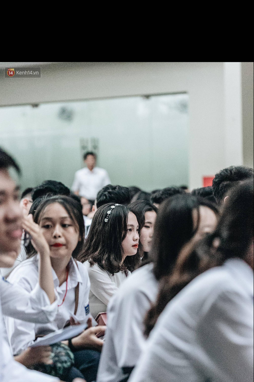 Mặc áo dài trắng đội mưa dự lễ bế giảng, dàn nữ sinh ngôi trường này gây thương nhớ vì quá xinh xắn-12