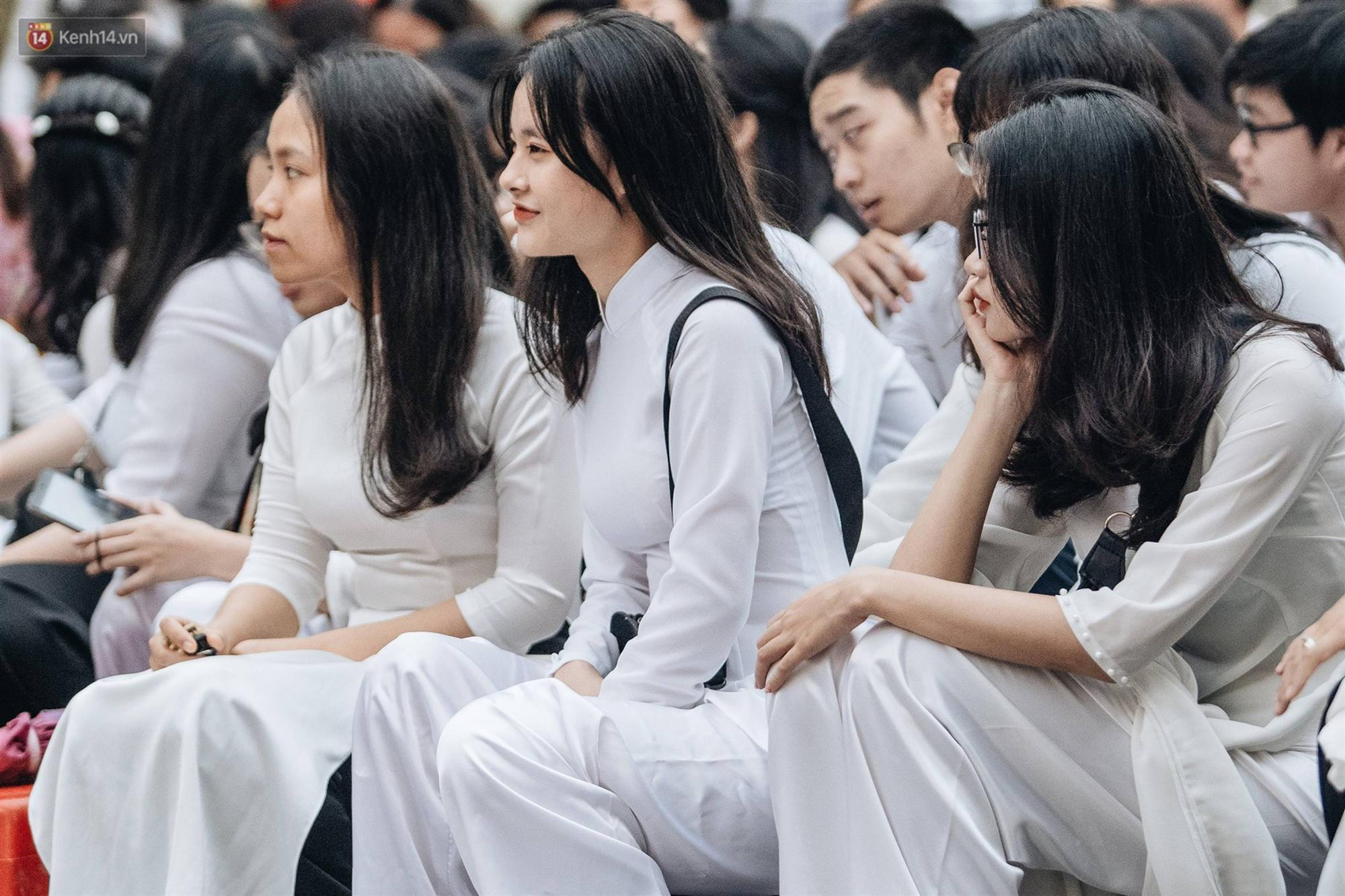 Mặc áo dài trắng đội mưa dự lễ bế giảng, dàn nữ sinh ngôi trường này gây thương nhớ vì quá xinh xắn-6