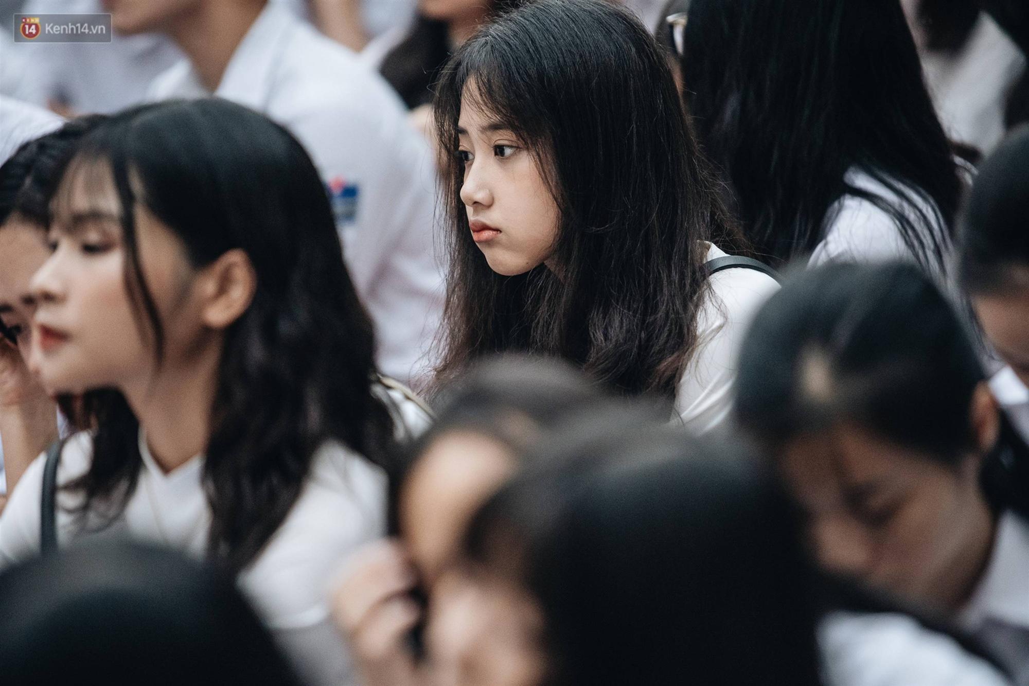 Mặc áo dài trắng đội mưa dự lễ bế giảng, dàn nữ sinh ngôi trường này gây thương nhớ vì quá xinh xắn-7