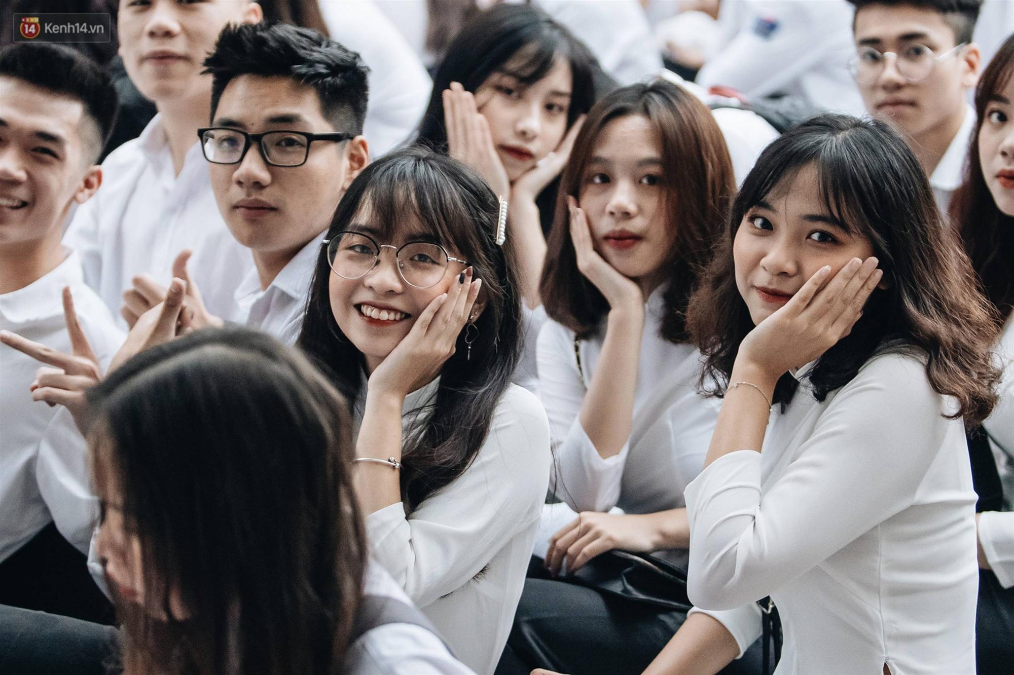 Mặc áo dài trắng đội mưa dự lễ bế giảng, dàn nữ sinh ngôi trường này gây thương nhớ vì quá xinh xắn-9