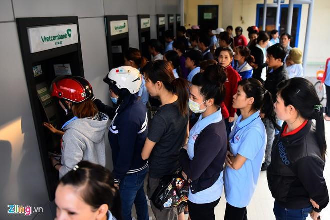 Phí rút tiền ATM, chuyển khoản các ngân hàng hiện nay ra sao?-1