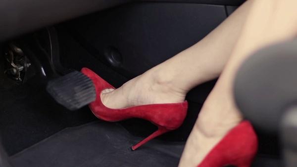 Mẹo tránh đạp nhầm chân ga, chân phanh khi lái ôtô-1
