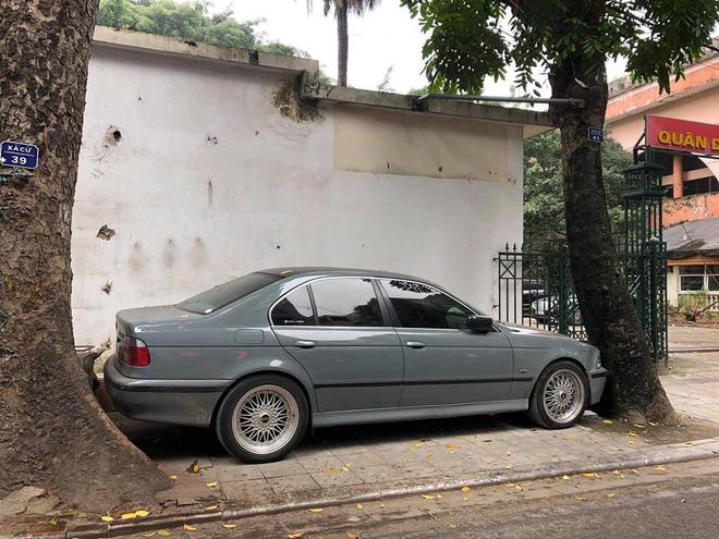 Màn đỗ xe đỉnh cao trên phố Hà Nội khiến dân mạng hoang mang: Xe hay cây có trước?-1