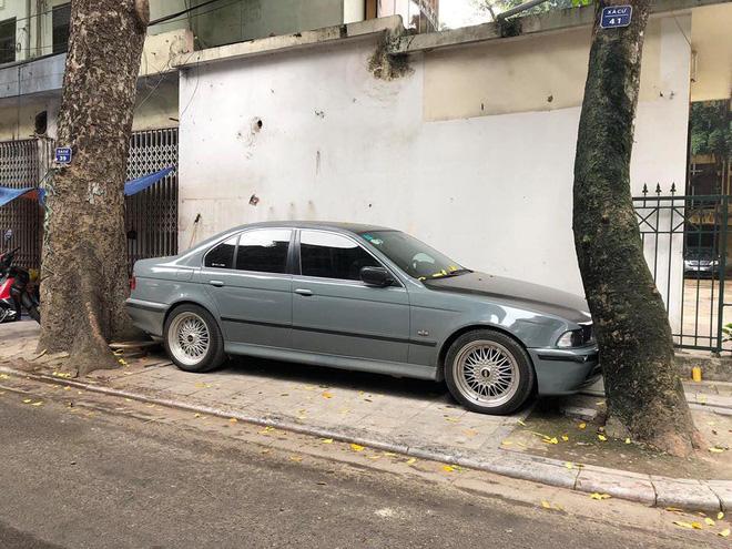Màn đỗ xe đỉnh cao trên phố Hà Nội khiến dân mạng hoang mang: Xe hay cây có trước?-2