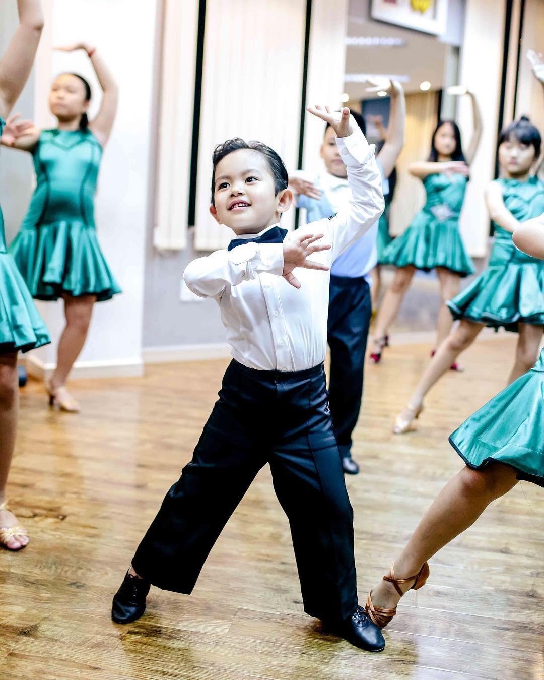 Bộc lộ năng khiếu dancesport khi mới hơn 3 tuổi, con trai Phan Hiển - Khánh Thi lần đầu ra sàn nhảy khiến nhiều người bất ngờ-3