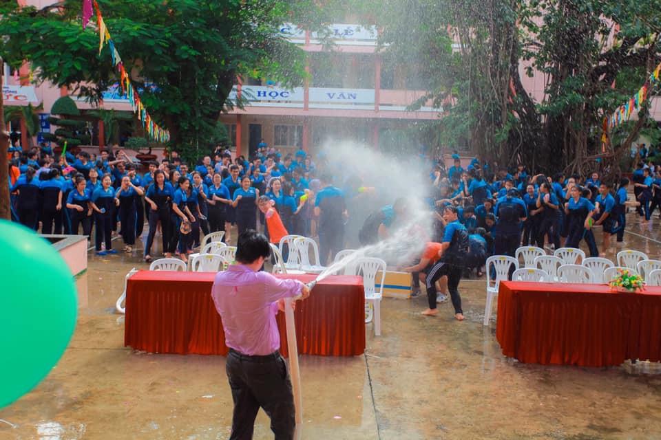 Thấy học sinh dùng súng nước bắn nhau ngày bế giảng, thầy hiệu phó mang hẳn vòi cứu hoả ra phun nước chống lại toàn trường!-1