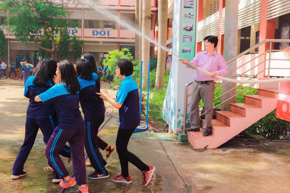 Thấy học sinh dùng súng nước bắn nhau ngày bế giảng, thầy hiệu phó mang hẳn vòi cứu hoả ra phun nước chống lại toàn trường!-2