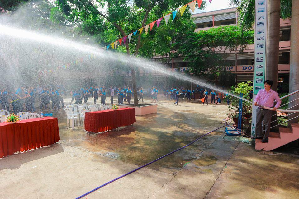 Thấy học sinh dùng súng nước bắn nhau ngày bế giảng, thầy hiệu phó mang hẳn vòi cứu hoả ra phun nước chống lại toàn trường!-3