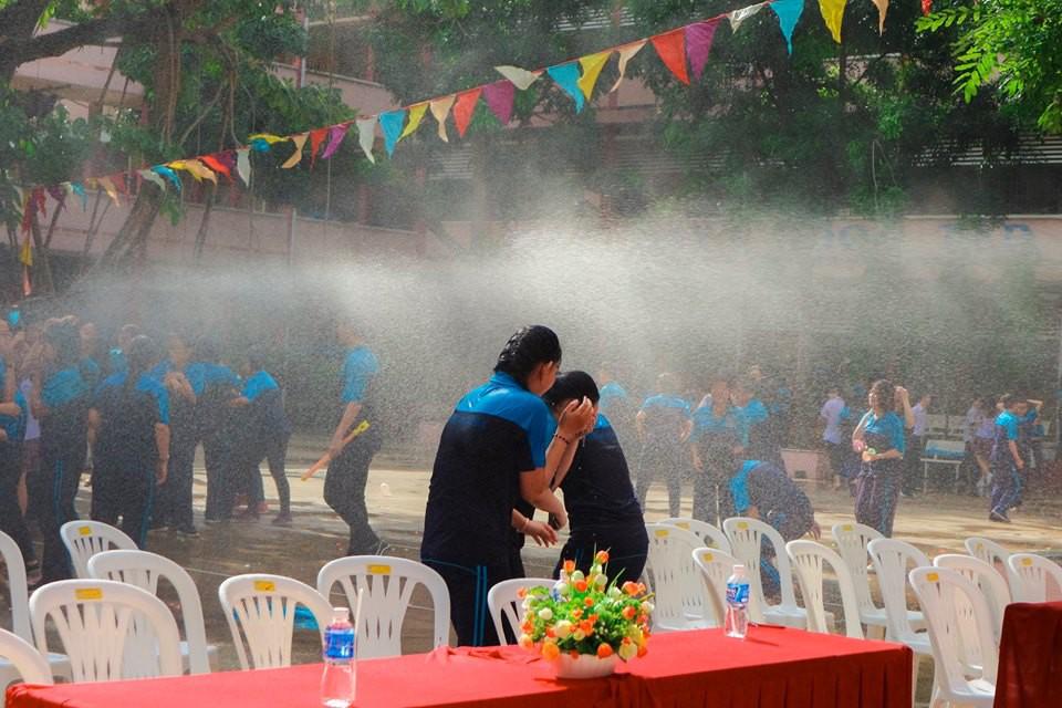 Thấy học sinh dùng súng nước bắn nhau ngày bế giảng, thầy hiệu phó mang hẳn vòi cứu hoả ra phun nước chống lại toàn trường!-5
