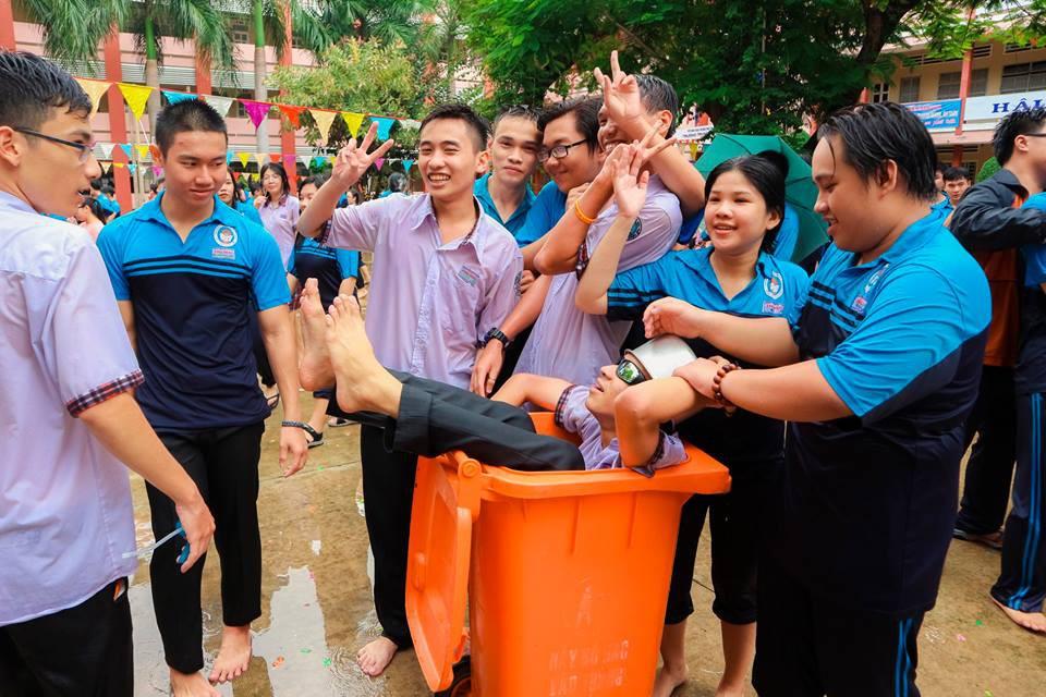 Thấy học sinh dùng súng nước bắn nhau ngày bế giảng, thầy hiệu phó mang hẳn vòi cứu hoả ra phun nước chống lại toàn trường!-7