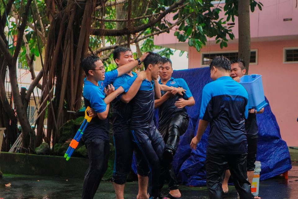 Thấy học sinh dùng súng nước bắn nhau ngày bế giảng, thầy hiệu phó mang hẳn vòi cứu hoả ra phun nước chống lại toàn trường!-10