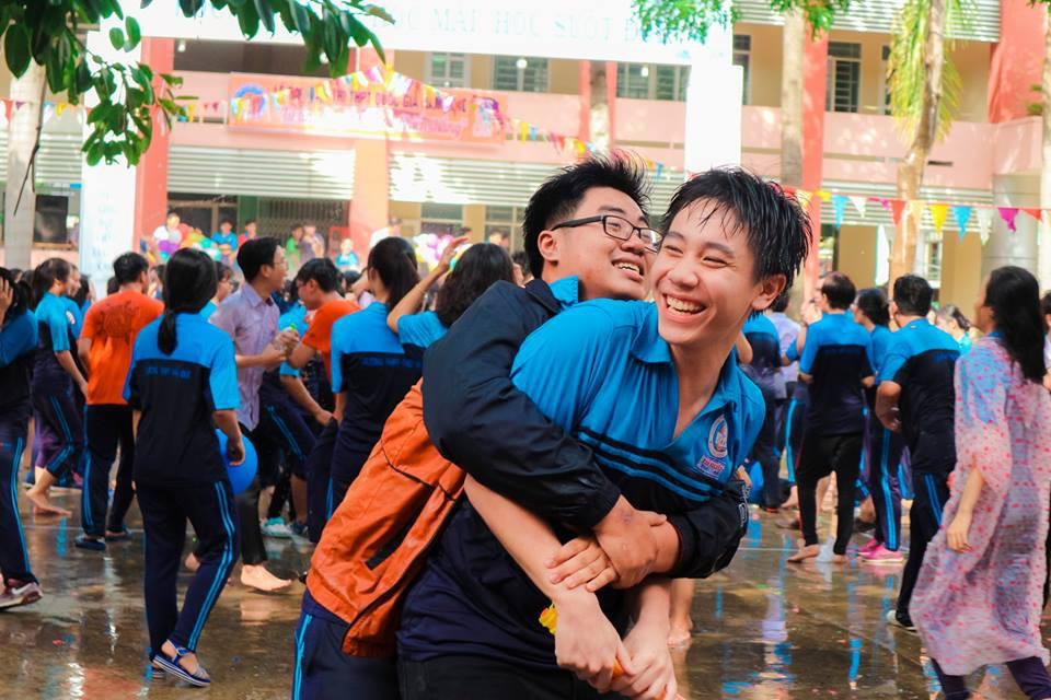 Thấy học sinh dùng súng nước bắn nhau ngày bế giảng, thầy hiệu phó mang hẳn vòi cứu hoả ra phun nước chống lại toàn trường!-8