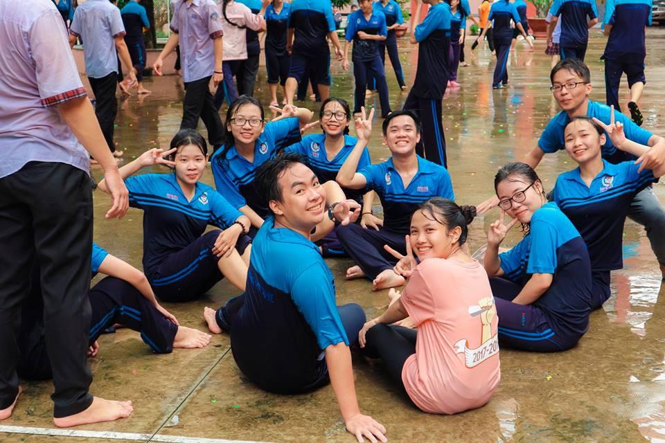 Thấy học sinh dùng súng nước bắn nhau ngày bế giảng, thầy hiệu phó mang hẳn vòi cứu hoả ra phun nước chống lại toàn trường!-12
