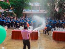 Thấy học sinh dùng súng nước bắn nhau ngày bế giảng, thầy hiệu phó mang hẳn vòi cứu hoả ra phun nước chống lại toàn trường!
