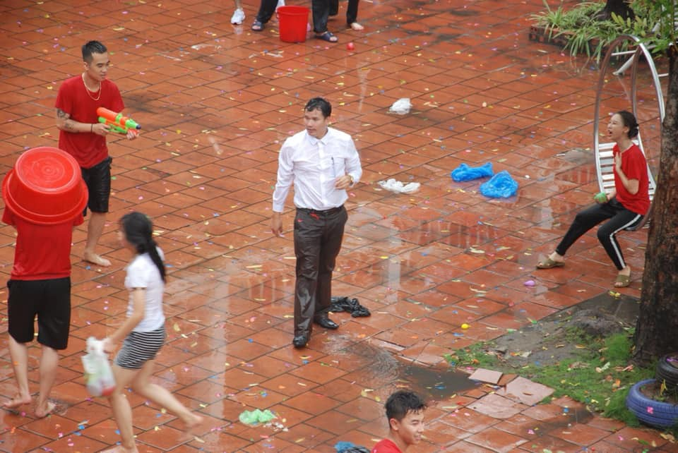 Xuống sân trường quẩy với học sinh ngày bế giảng, thầy hiệu phó bị ụp nguyên xô nước vào người, ướt như chuột lột-1