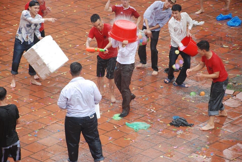 Xuống sân trường quẩy với học sinh ngày bế giảng, thầy hiệu phó bị ụp nguyên xô nước vào người, ướt như chuột lột-2