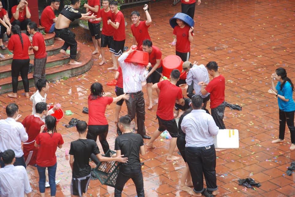Xuống sân trường quẩy với học sinh ngày bế giảng, thầy hiệu phó bị ụp nguyên xô nước vào người, ướt như chuột lột-3
