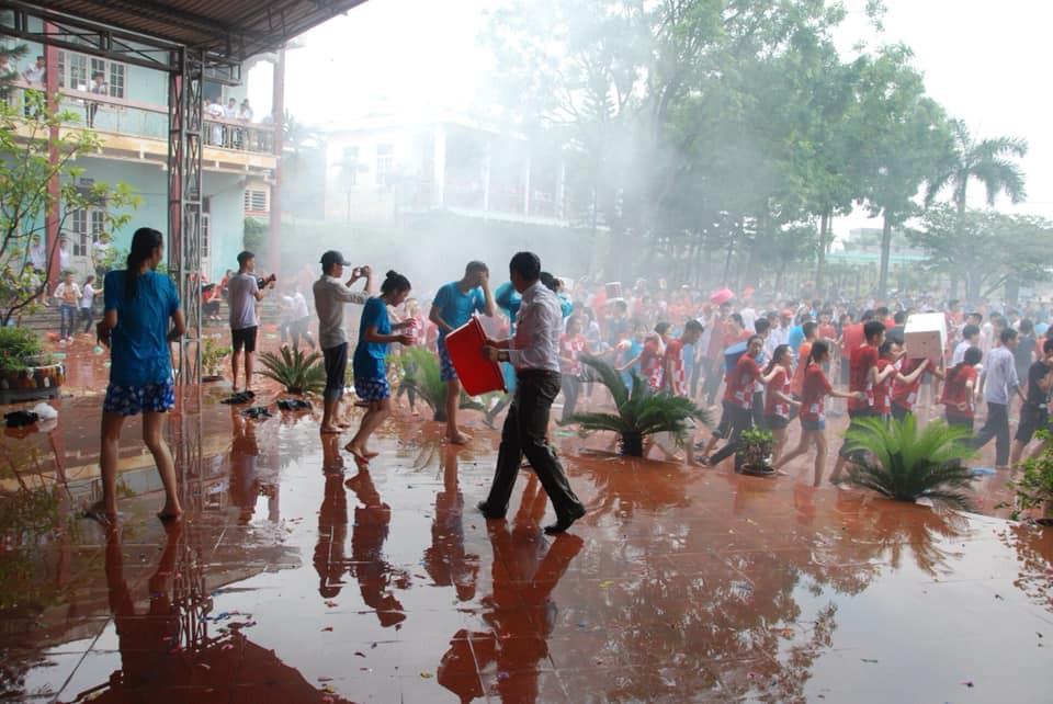Xuống sân trường quẩy với học sinh ngày bế giảng, thầy hiệu phó bị ụp nguyên xô nước vào người, ướt như chuột lột-4
