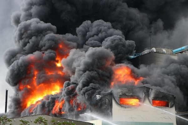 Bình Dương: Công ty băng keo rộng hàng ngàn mét vuông cháy khủng khiếp, công nhân tháo chạy thục mạng-1