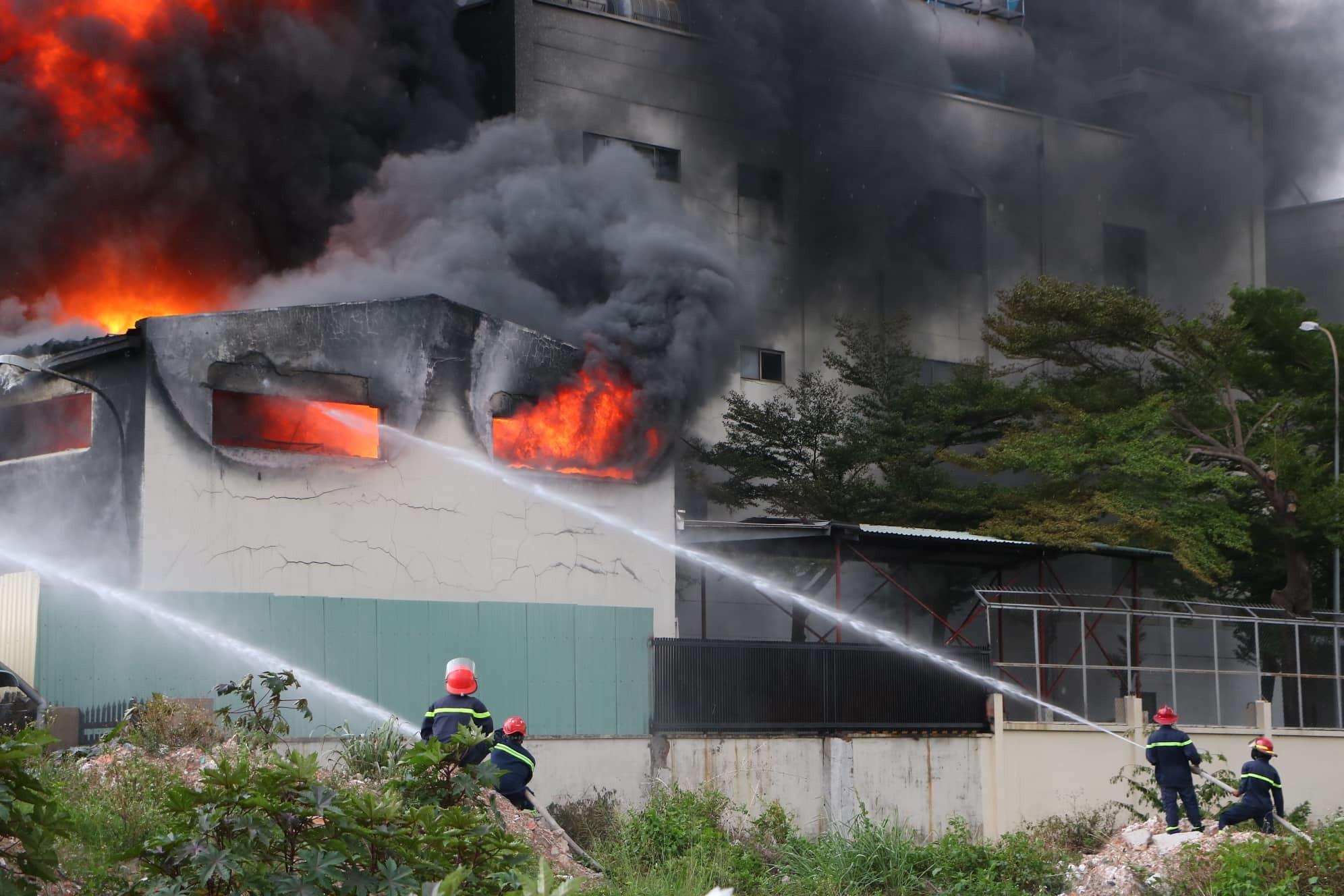 Bình Dương: Công ty băng keo rộng hàng ngàn mét vuông cháy khủng khiếp, công nhân tháo chạy thục mạng-2