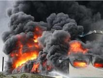 Bình Dương: Công ty băng keo rộng hàng ngàn mét vuông cháy khủng khiếp, công nhân tháo chạy thục mạng
