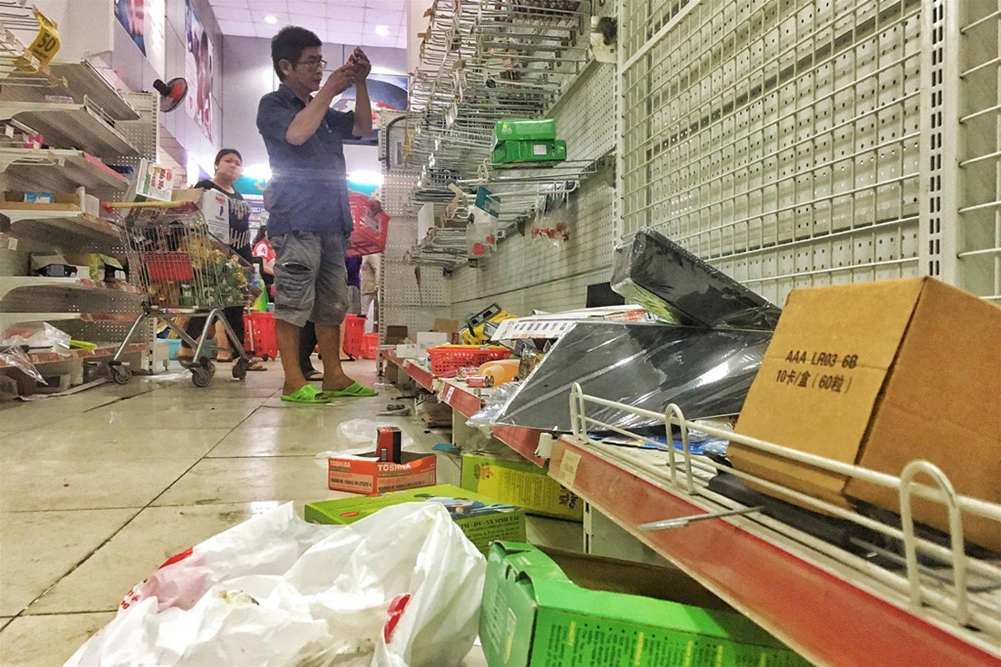 Khách vứt hàng bừa bãi, Auchan tan hoang trước ngày đóng cửa-1