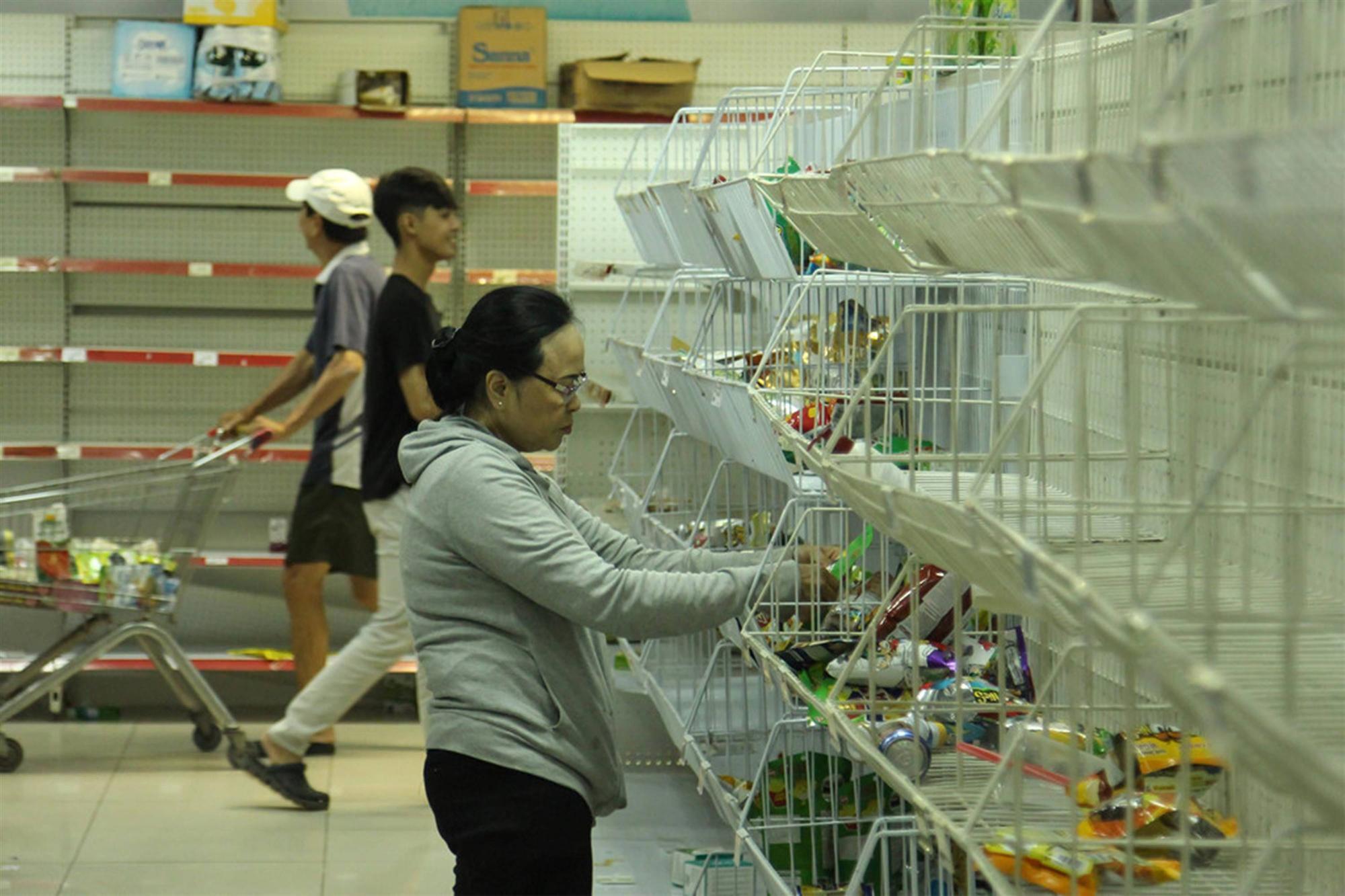 Khách vứt hàng bừa bãi, Auchan tan hoang trước ngày đóng cửa-4