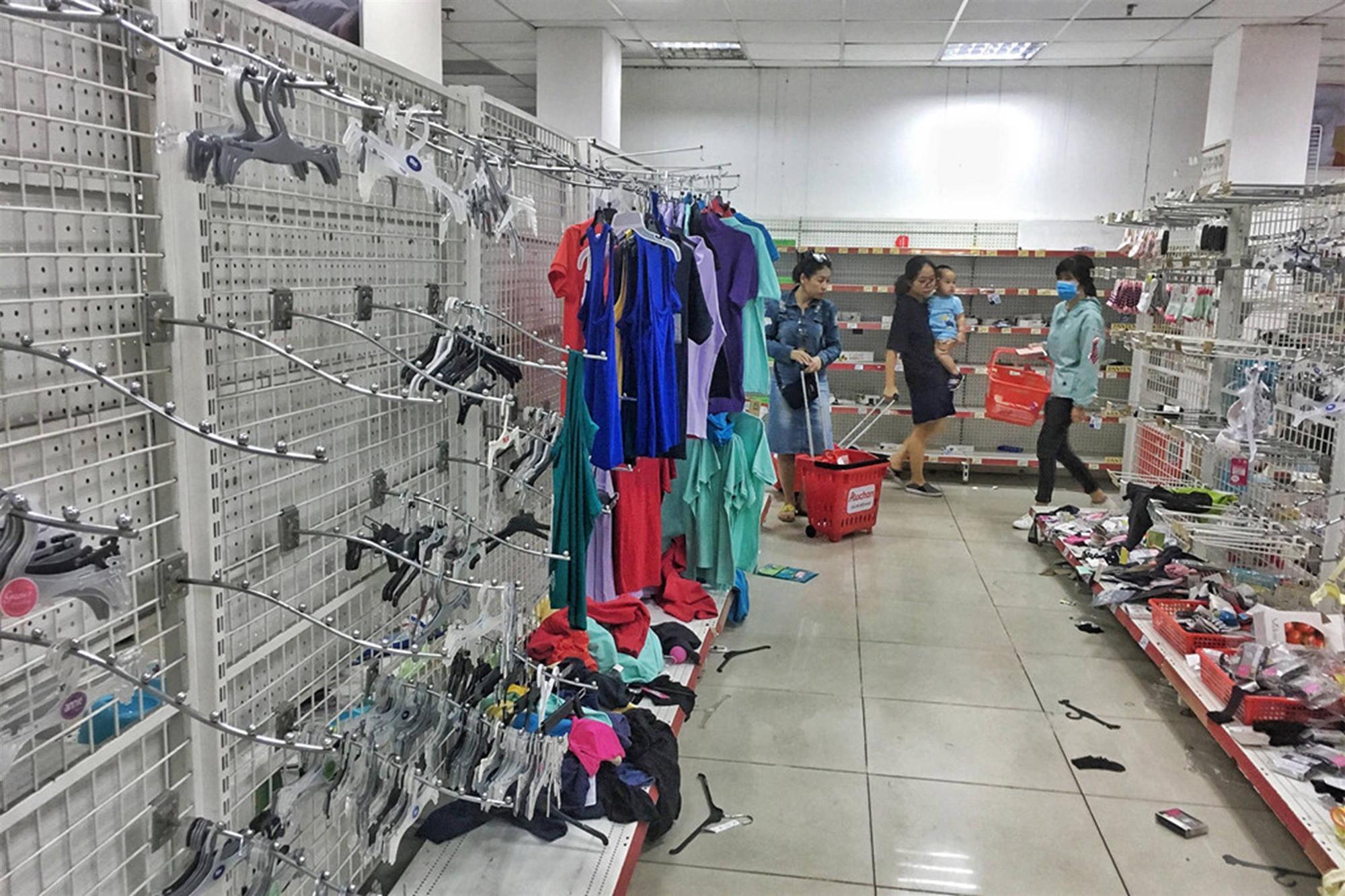 Khách vứt hàng bừa bãi, Auchan tan hoang trước ngày đóng cửa-7