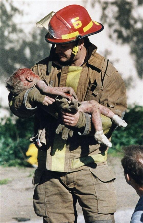 Bức ảnh nhân viên cứu hỏa bế thi thể đứa trẻ lay động thế giới và sự kiện khiến cuộc đời những người liên quan thay đổi sau 24 năm-1