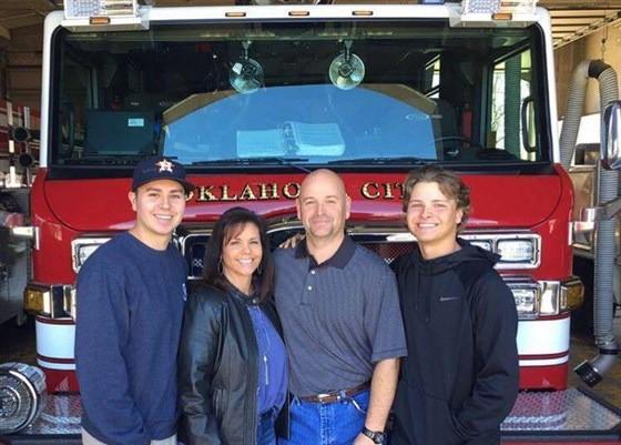 Bức ảnh nhân viên cứu hỏa bế thi thể đứa trẻ lay động thế giới và sự kiện khiến cuộc đời những người liên quan thay đổi sau 24 năm-5