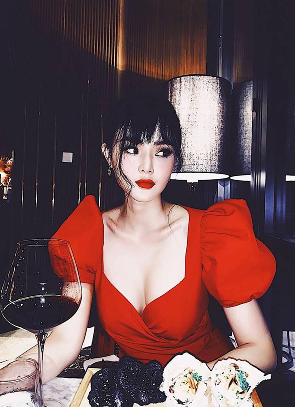 Em gái Angela Phương Trinh xinh đẹp và gợi cảm muôn phần ở tuổi 23-12