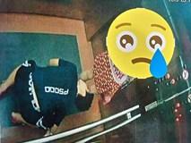 Người quỳ xuống sàn thang máy nhìn váy phụ nữ là thiếu niên 16 tuổi