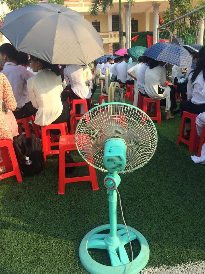 Hình ảnh bá đạo nhất mùa bế giảng: Lớp học ở Nam Định mang hẳn quạt ở nhà đến trường để… chống nóng!-1