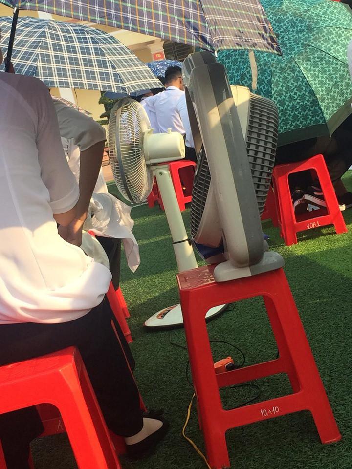 Hình ảnh bá đạo nhất mùa bế giảng: Lớp học ở Nam Định mang hẳn quạt ở nhà đến trường để… chống nóng!-2