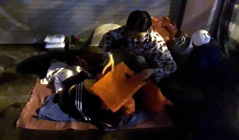 Bất ngờ về nhóm người vô gia cư nhận quà từ thiện trên phố đêm Hà Nội-3