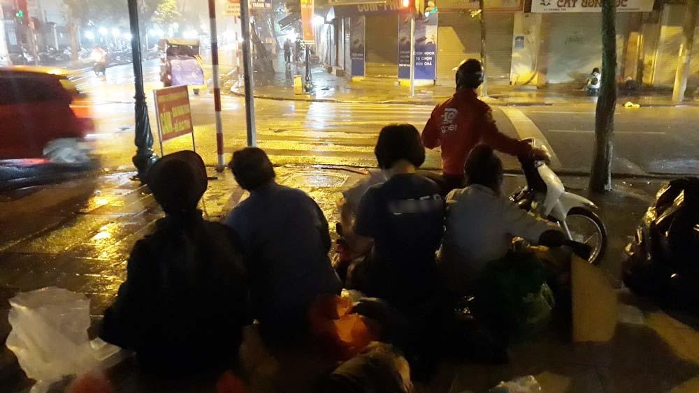 Bất ngờ về nhóm người vô gia cư nhận quà từ thiện trên phố đêm Hà Nội-1