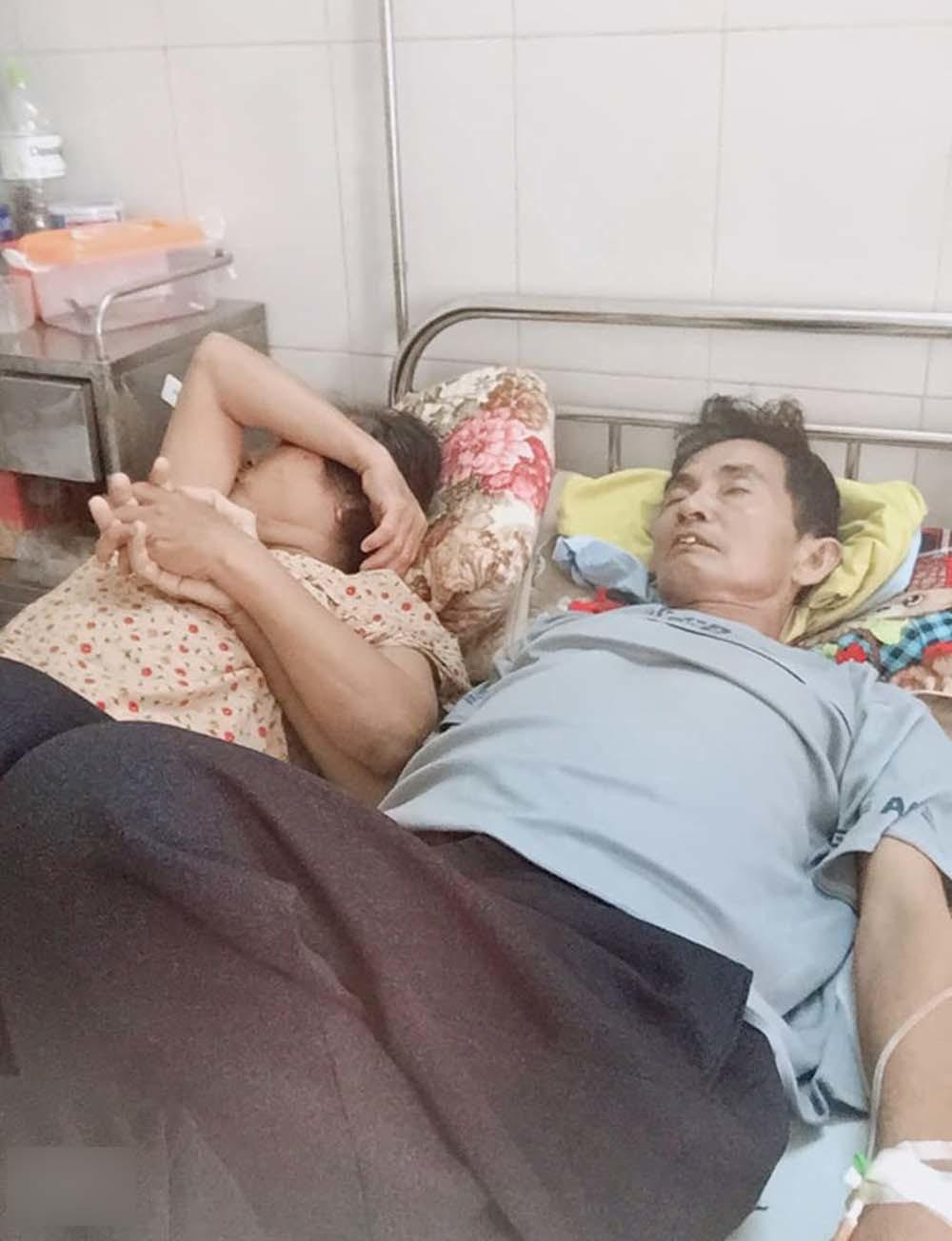 Bức ảnh người vợ nắm tay chồng bị ung thư giai đoạn cuối gây bão mạng-1