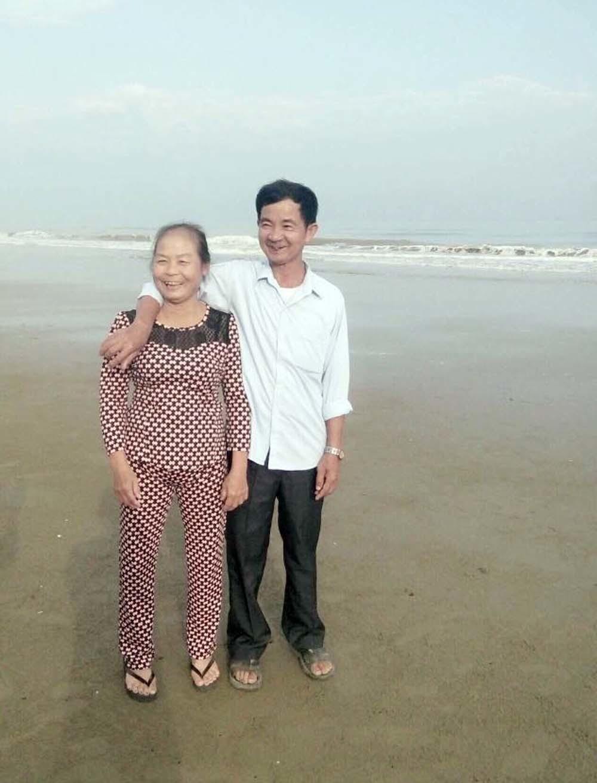 Bức ảnh người vợ nắm tay chồng bị ung thư giai đoạn cuối gây bão mạng-2