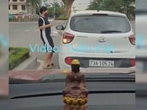 Nữ tài xế dừng ô tô giữa đường để đi mua đồ ăn gây bức xúc