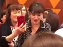 Hari Won bị tố giả tạo, chảnh chọe khi thẳng thừng gạt tay từ chối chụp ảnh với một khán giả lớn tuổi