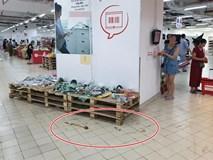 Sốc: Hết bày bừa, ăn vụng đồ khắp siêu thị Auchan, phụ huynh vô ý thức còn cho con ị ra sàn